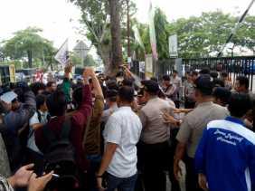 Saling Dorong, Massa AMPI Desak Kejati Riau Tuntaskan Dugaan Korupsi Proyek Jalan Labuhan Tangga