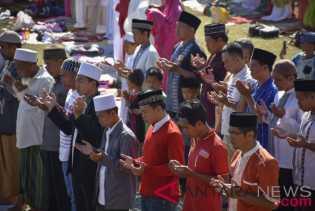 Ribuan umat Muslim Lombok melaksanakan Salat Sunat Taubat untuk bencana gempa Lombok di Kecamatan Gu