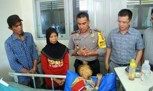 Orang tua M Fazrul Tak Henti Tahan Tangis saat Tim JB, Besuk Anaknya di RS