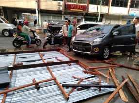 Angin Kencang, Material Bangunan Ruko Timpa Mobil