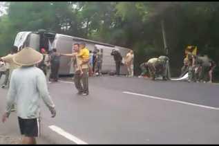 HindariTraffic Cone, Bus Mira Terguling di Depan Gudang Amunisi TNI AD