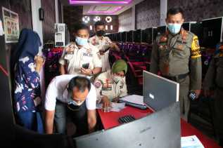 Petugas Gabungan Sita Aset Pelaku Usaha yang Beroperasi di Masa PPKM Level 4