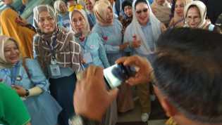 Titiek Soeharto Disambut Ratusan Emak-emak Minta Selfie Bareng