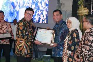 Walikota Raih Penghargaan Prestasi Kinerja Tertinggi Peringkat 4