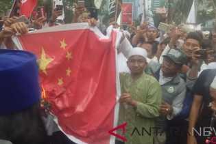Protes, Massa Bela Muslim Uighur Bakar Spanduk Bendera di Kedubes Cina