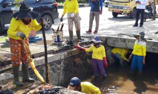 Antisipasi Banjir, PUPR Pekanbaru Bersihkan Saluran Air