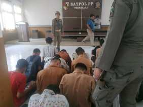 Satpol PP Pekanbaru Amankan 17 Pelajar Disejumlah Warnet dan PlayStation