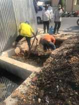 Kerap Banjir, Warga Kampung Bandar Bersihkan Drainase