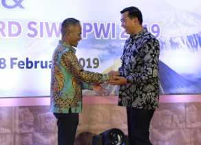 Wako Terima Penghargaan Golden Award SIWO PWI