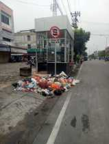 Kadishub Pekanbaru Keluhkan Tumpukan Sampah Didepan Halte TMP