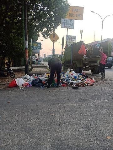 Pasukan Kuning Pekanbaru Sedang Berjibaku Bersihkan Kota Bertuah